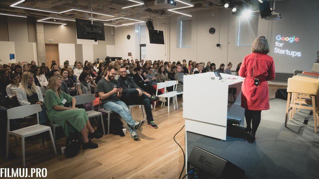 Janina Bak podczas wystąpienia na konferencji Guru PR-u